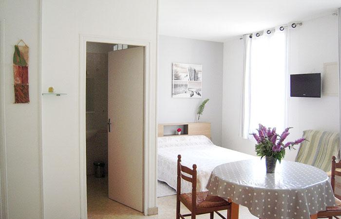 studio meubl 80m des thermes pour une cure thermale rochefort. Black Bedroom Furniture Sets. Home Design Ideas